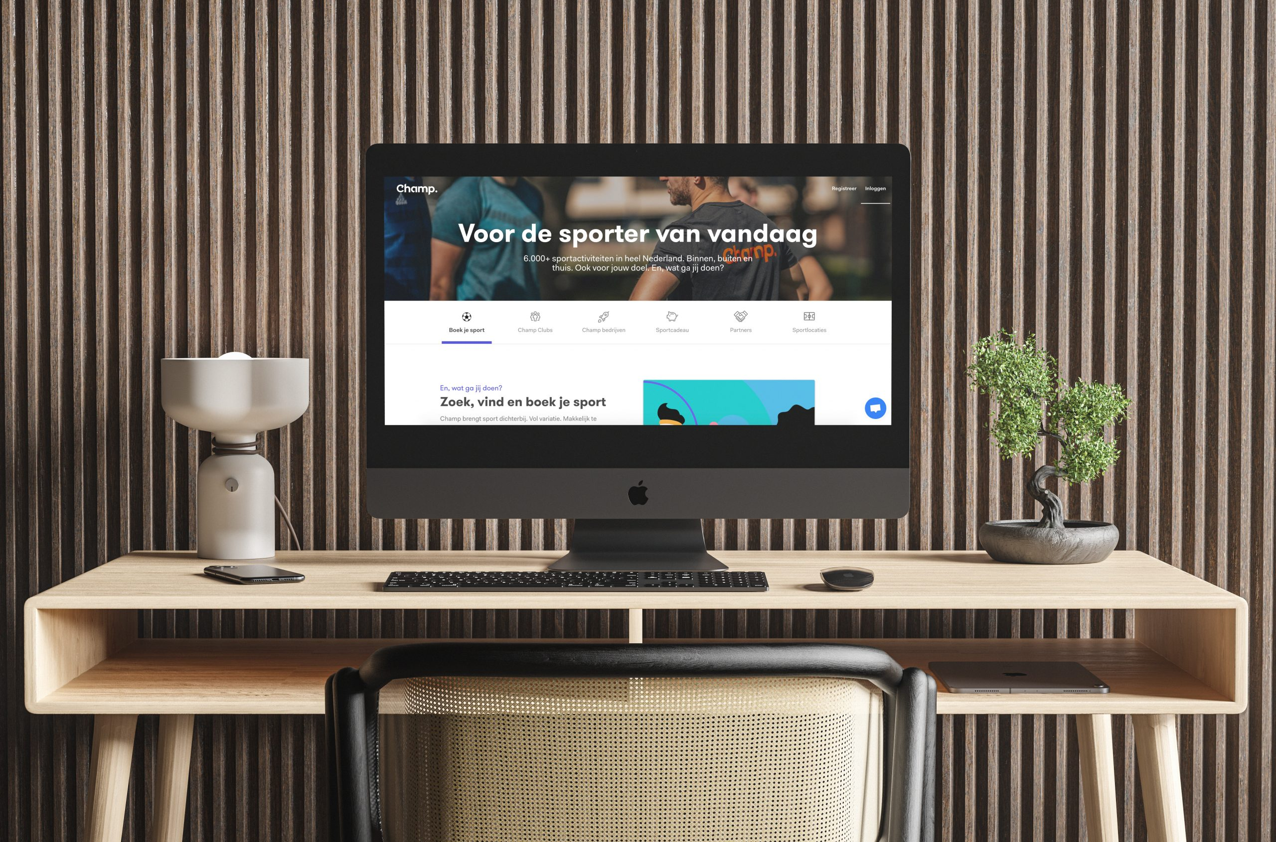 Bureau met desktop waarop de homepage van Champ te zien is