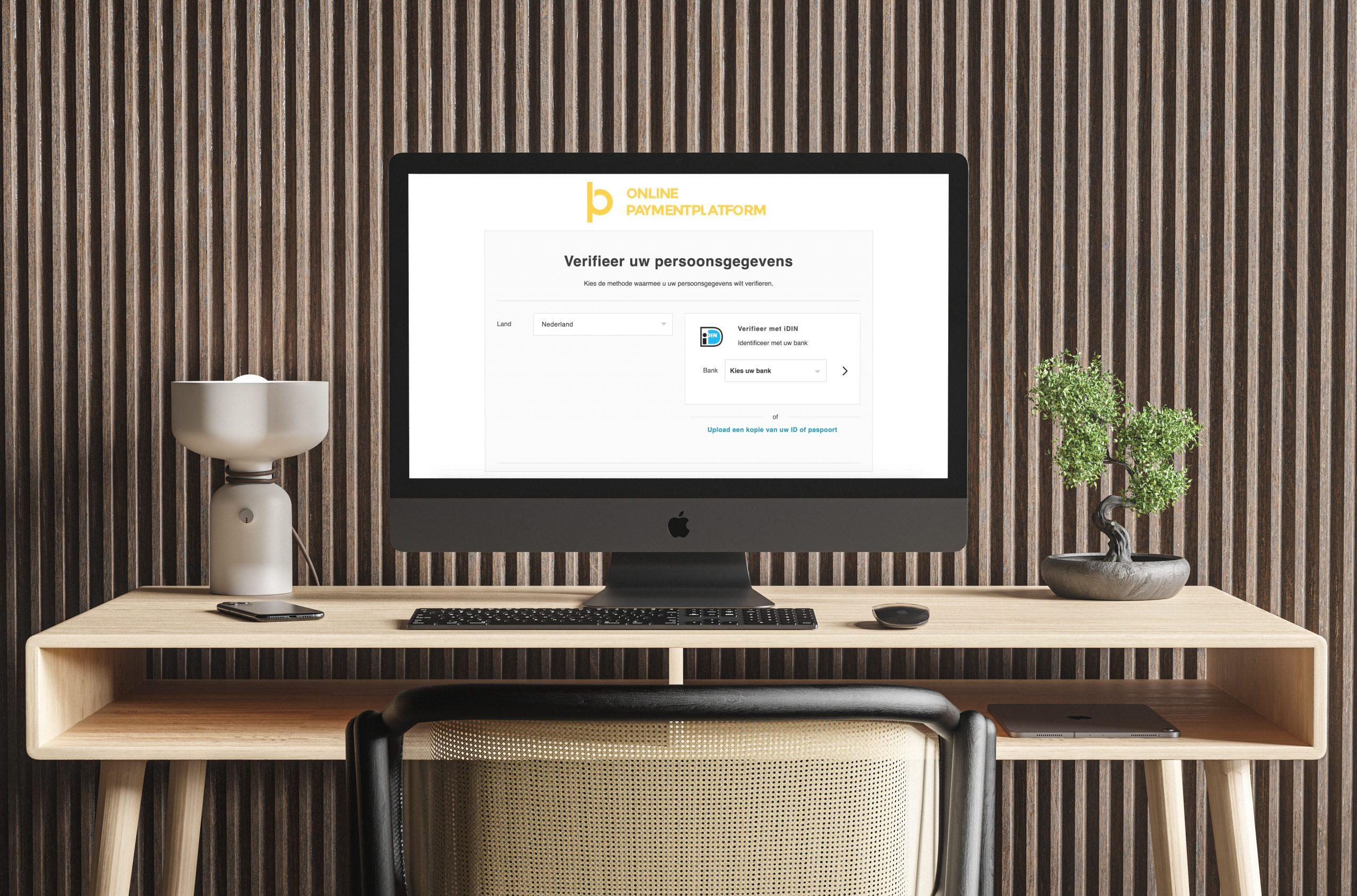 Bureau met desktop waarop de webpagina van Champ te zien is