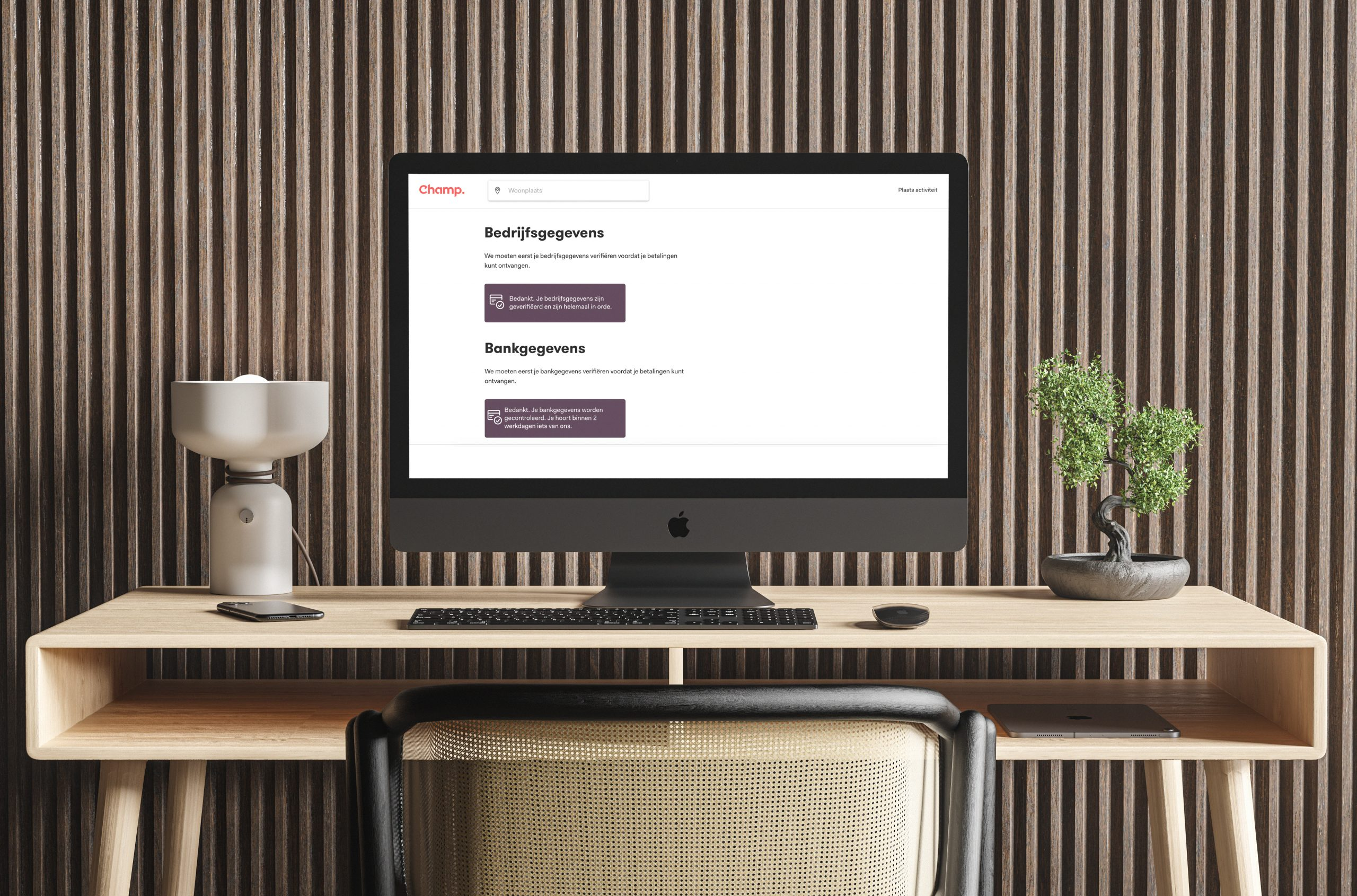 Bureau met desktop met de webpagina van Champ open