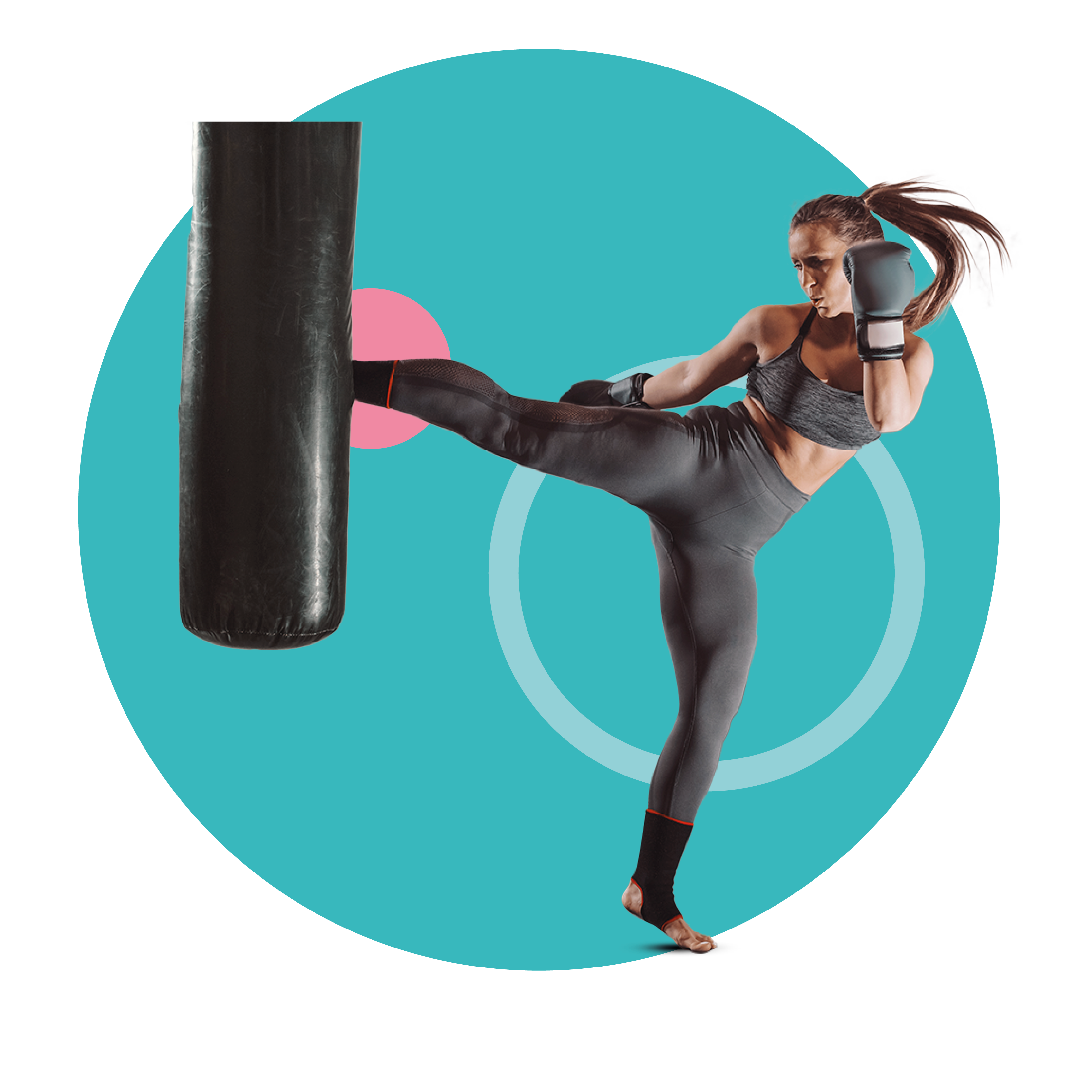 Vrouwelijke kickbokser die een high kick trapt tijdens zaktraining